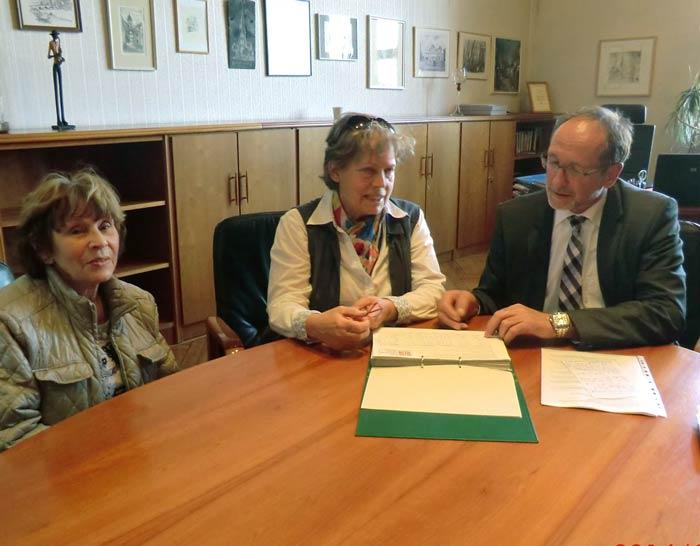 Frau Ilse Reichmann (links), Hannelore Nickel und Oberbürgermeister Henry Schütze bei der Übergabe der Unterschriften am 27.03.2014 im Bernburger Rathaus.