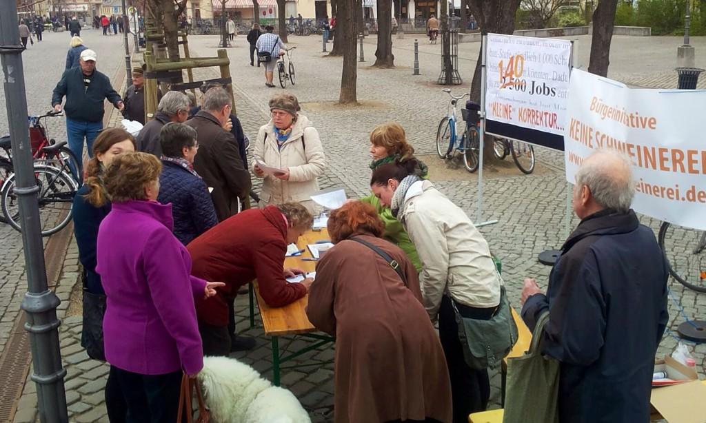Unterschriftensammlung auf dem Bernburger Karlsplatz am 28.03.2014